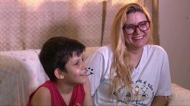 Menino oferece R$ 50 por casa que seria presente para a mãe e gera onda de solidariedade - João Bernardo entrou um aplicativo e fez uma oferta para comprar uma casa de R$ 110 mil por R$ 50 mensais. Postagem da mãe do menino viralizou nas redes sociais.
