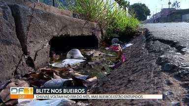 Chuvas chegam neste mês e bueiros do DF estão cheios de problemas - A nossa equipe percorreu Ceilândia, Taguatinga, Samambaia e Recanto das Emas e encontrou bocas de lobo e bueiros entupidos, cheios de lixo, com água suja parada, com tampa quebrada e também sem tampa.