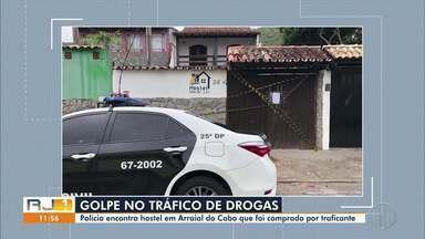 Polícia encontra hostel em Arraial do Cabo, RJ, que foi comprado por traficante - O hostel, avaliado em R$ 550 mil, localizado na região central da cidade, foi fechado nesta segunda (05).