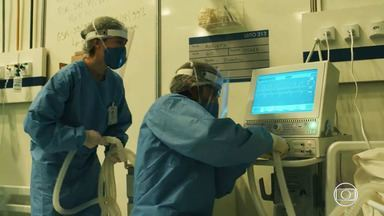 Episódio 1 - Após período em missão humanitária, Carolina e Evandro são chamados às pressaspara trabalhar em hospital de campanha montado para atender aos pacientes infectados pela Covid-19.