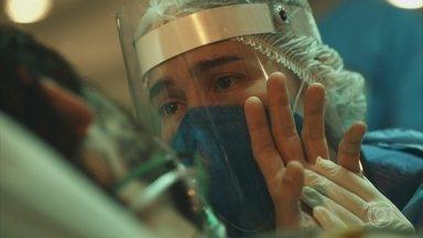 Evandro pede para Carolina não desistir - A médica avisa ao marido que ele será entubado e os dois se emocionam