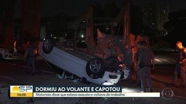 Motorista perde controle de carro e capota na Avenida Roberto Marinho, na Zona Sul de SP - Acidente ocorreu na madrugada desta quarta (7). Condutor diz que dormiu ao volante ao retornar para casa do trabalho. Ninguém ficou ferido.