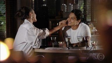 Taís e Hélio namoram - A irmã de Cassiano se mostra cada vez mais feliz ao lado de Hélio