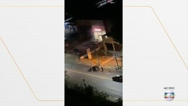 Bandidos explodem agência bancária e fazem reféns, em Salvador (BA) - Parte da ação foi filmada por moradores e nas imagens é possível ver homens armados bloqueando a rua para impedir a passagem de carros. Enquanto os homens invadiam a agência, algumas pessoas eram feitas reféns do lado de fora.