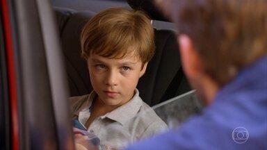 Samuca diz que Cassiano é seu pai e que o abandonou - Ester fica triste com a situação. Cassiano afirma que conseguirá ser aceito pelo filho
