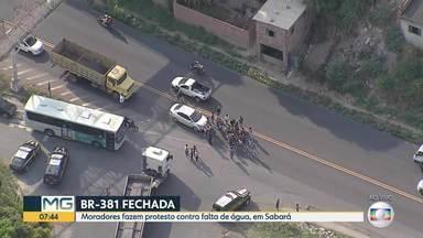 Moradores fecham a BR-381 em protesto contra a falta de água, em Sabará - Manifestação acontece na altura do km 488, no bairro Bom Destino.