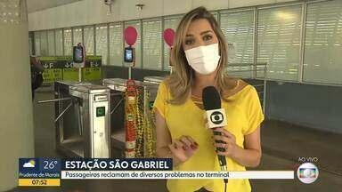 Passageiros reclamam de catracas sem funcionar, na Estação São Gabriel - Faixas foram colocadas para evitar que as pessoas entrem sem pagar passagem.