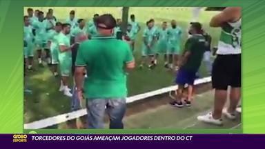 Torcedores do Goiás ameaçam jogadores dentro do CT - Torcedores do Goiás ameaçam jogadores dentro do CT