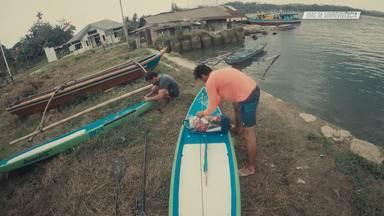A Travessia Em Mentawai - Diogo e Tiago partem de ferry para as ilhas Mentawai. Lá se preparam para partir numa jornada inédita: cruzar os 160km entre a ilha e a Sumatra em cima de pranchas de Stand-up Paddle e sem nenhum barco de apoio.