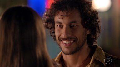 Lino se encanta por Carol - Rodrigo leva uma bebida para a filha de Natália e os dois engatam um papo