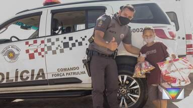 Policiais Militares fizeram ação para comemorar o dia das crianças - Entregaram presentes para crianças carentes.