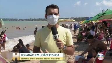 Feriadão de calor e praias lotadas em João Pessoa - Poucas pessoas usando máscara nas areias da praia de Cabo Branco