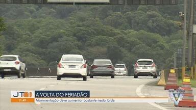 Estradas tem movimento intenso sentido capital no último dia de feriado - Turistas que vieram para a região voltam para a capital paulista.
