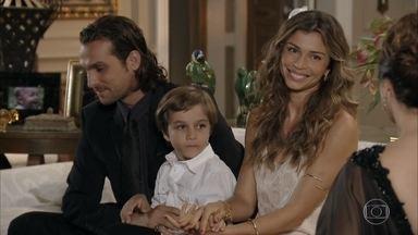 Lindaura sente ciúme da proximidade de Samuel com Guiomar - Depois do jantar, Ester leva Samuca para dormir e promete contar histórias para o filho