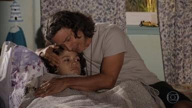 Donato se preocupa com a febre alta de Lipe - Pescador descobre que o filho fica doente com frequência