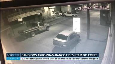 Bandidos arrombam banco e não conseguem carregar o cofre - Cofre de uma tonelada ficou boa parte do dia no meio da calçada, em Cerro Azul.