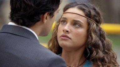 Hélio para o carro de Taís para conversar com ela - A irmã de Cassiano se recusa a ouvir