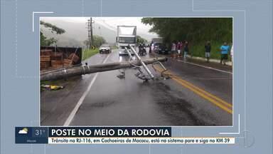 RJ-116 tem tráfego interrompido devido a queda de poste na altura de Cachoeiras de Macacu - Trânsito foi afetado no km 39 na manhã desta quinta-feira (15). Equipes trabalham para liberar a pista.
