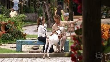 Candinho indica a direção de sua casa para Guiomar - Guiomar pergunta sobre a avó de Candinho