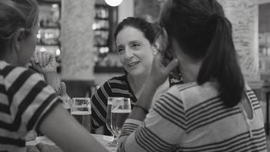 Amigas - O derradeiro trabalho de Domingos Oliveira conta a história de quatro amigas cinquentenárias que se reencontram semanalmente em um tradicional restaurante da zona sul carioca para discutir dilemas da vida.