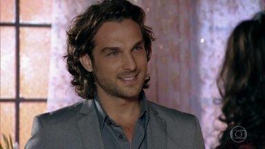 Cristal manda por Alberto um DVD para Cassiano - Ele percebe o interesse da cantora pelo rival e entrega à cantora uma carta de Amparo