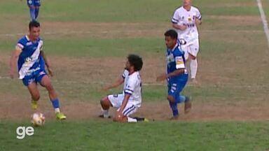 Jogador do Sinop-MT deixa gramado aos prantos após prender o pé no gramado - Jogador do Sinop-MT deixa gramado aos prantos após prender o pé no gramado