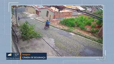 Mulher é roubada quando caminhava por rua em BH - Crime foi no bairro Providência.