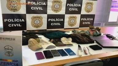 Polícia prende suspeito de cometer estupros nos últimos dois anos em Porto Alegre - Homem foi detido na sexta-feira (16) após prisão preventiva ser decretada pela Justiça. Polícia encontrou mochila, faca, notebook e sacola com preservativos no veículo dele.