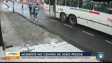 Motociclista avança em cruzamento e é atingindo por ônibus, no Centro de João Pessoa - Imagens de câmeras de seguranças mostram o acidente.