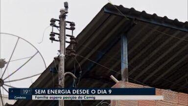 Família em Divinópolis está sem energia há 11 dias, após forte chuva cair na cidade - Vários estragos foram registrados depois da chuva do dia 9 de outubro. Segundo a Cemig, uma esteve na casa da família e identificou que o ramal de entrada e o padrão estavam danificados, impedindo o restabelecimento da energia.