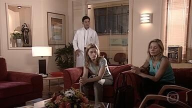 O médico deixa que uma pessoa entre na UTI para ver Edu - Camila diz para Helena ir