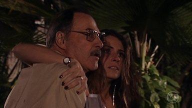 Paschoal encontra Orlando brigando com Capitu - Ele defende a filha, mas leva a pior na briga