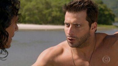 Cassiano pula do barco para fugir de Gonzalo - O ex-piloto pede a Donato que avise a Taís para pegá-lo na prai