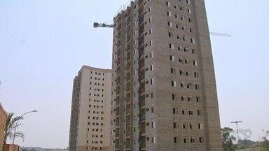 Moradores de Cerquilho aguardam entrega de obras de condomínio há anos - Mais de 600 pessoas aguardam a conclusão das obras de um condomínio de Cerquilho (SP). O projeto começou em 2015 e deveria ser entregue entre 2017 e 2018. No entanto, das cinco torres, apenas uma foi entregue.