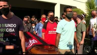Filho de paraibana que morreu vítima de bala perdida no RJ é enterrado - Mãe fala da dor de perder o filho tão jovem