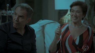 Silvana revela que Caio recebeu uma excelente proposta de trabalho - Todos brindam ao noivado do advogado com Leila