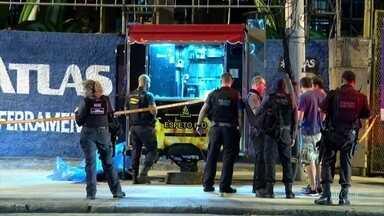 Mulher é baleada durante perseguição policial no Rio de Janeiro - Lady Ane Paulina era ambulante e estava fechando o trailer onde trabalhava, quando foi atingida por um tiro na cabaça.