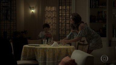 Bibi prepara jantar romântico para Rubinho - Heleninha elogia o vizinho para Junqueira. Yuri questiona a mãe sobre viagem de Rubinho. Bibi fica ansiosa pela chegada do marido