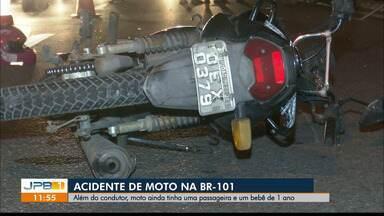 Homem morre após bater moto com excesso de passageiros na BR-101, em João Pessoa - Uma mulher e uma criança de um ano também estavam na moto.
