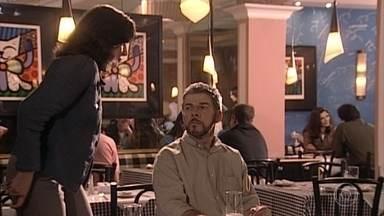 Pedro e Sílvia vão a uma pizzaria e brigam o tempo todo - Cíntia e Alex chegam na mesma pizzaria, Sílvia se enfurece e larga o marido na mesa