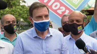 Marcelo Crivella (Republicanos) faz campanha na Praça Seca - O candidato do Republicanos visitou a praça, que está em reforma.