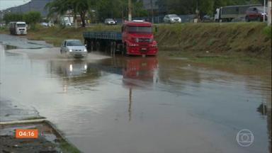 Chuva e fortes rajadas de vento surpreendem moradores de várias regiões da Bahia - No extremo sul do estado, os raios provocaram a morte de animais.