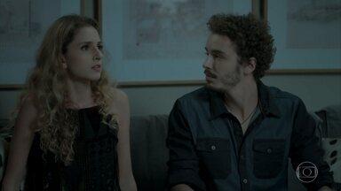 Eurico atrapalha o clima entre Ivana e Cláudio - A menina tenta explicar para Cláudio a situação da viagem de Angra