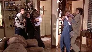 Cíntia e Severino, muito assustados, conseguem conter Íris e Sílvia - As duas trocam ofensas