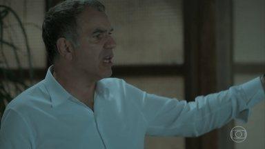 Eurico comenta que viu Ivana com Cláudio no quarto e Simone fica surpresa - Silvana não se conforma com o comportamento de Irene e reclama com Dita