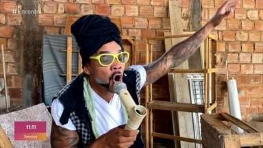 Percussionista faz sucesso imitando cantores baianos - Leozito improvisa instrumentos em sua própria laje e diverte os internautas. Carlinhos Brown elogia o artista