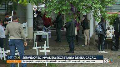 Servidores invadem a sede da Secretaria Estadual de Educação, em Curitiba - Eles reclamam do edital do governo do estado para a realização das provas do PSS