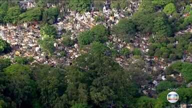 Cemitérios de São Paulo reabriram para visitas no feriado de Finados - Para entrar nos cemitérios é preciso usar máscara e manter distanciamento social. As cerimônias estão permitidas mas sem aglomerações.
