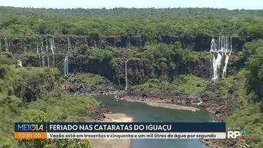 Cataratas com visual diferente para os turistas que passam o feriado em Foz do Iguaçu - Vazão está baixa com apenas trezentos e cinquenta e um mil litros de água por segundo.