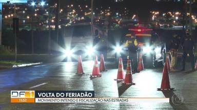 PRF fiscaliza motoristas no feriadão prolongado - No primeiro dia de operação, foram flagradas 345 irregularidades. 16 motoristas foram autuados por embriaguez ao volante.